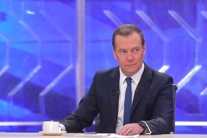 Медведев заявил о росте пенсий и зарплат и посетовал на бедность