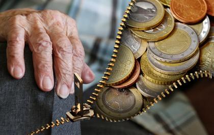 Минтруд предложил изменить систему доплат малоимущим пенсионерам