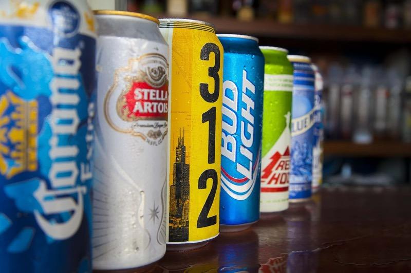 Минпромторг предложил продавать алкоголь в алюминиевых банках ночью