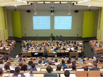 В Минобрнауки сочли неверным отказ от очных лекций в пользу онлайн-курсов