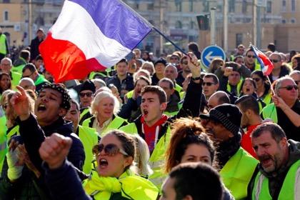 Во Франции на полгода заморожено повышение налогов на топливо