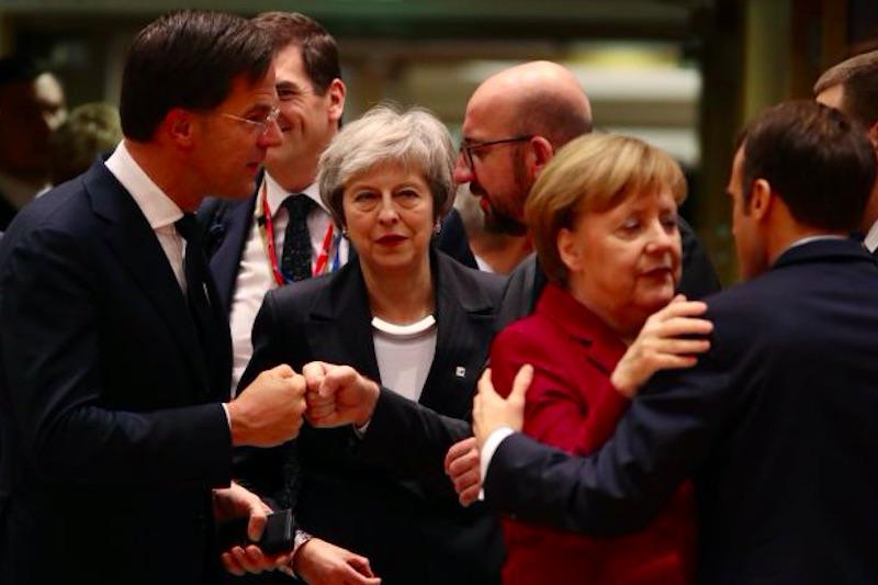 Мэй ищет помощи у Меркель и Макрона перед экстренным саммитом ЕС