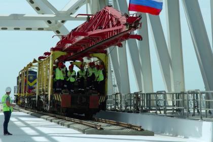 Строители Крымского моста сомкнули рельсы на первом железнодорожном пути