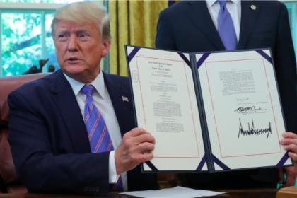 Трамп подписал закон о пакете помощи мигрантам на $4,6 млрд