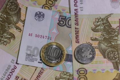 Медианная зарплата работников крупных и средних предприятий составляет 34335 рублей