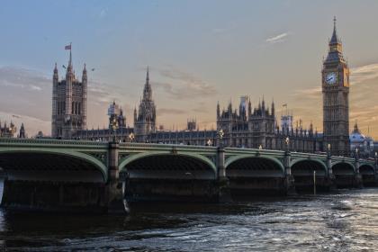 В Британии начались досрочные парламентские выборы